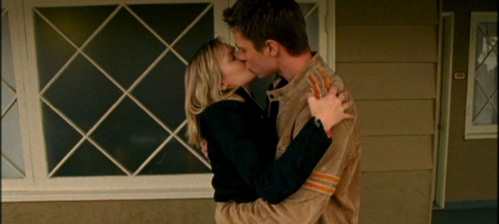 Best LoVe moments on Veronica Mars: Logan and Veronica's first kiss